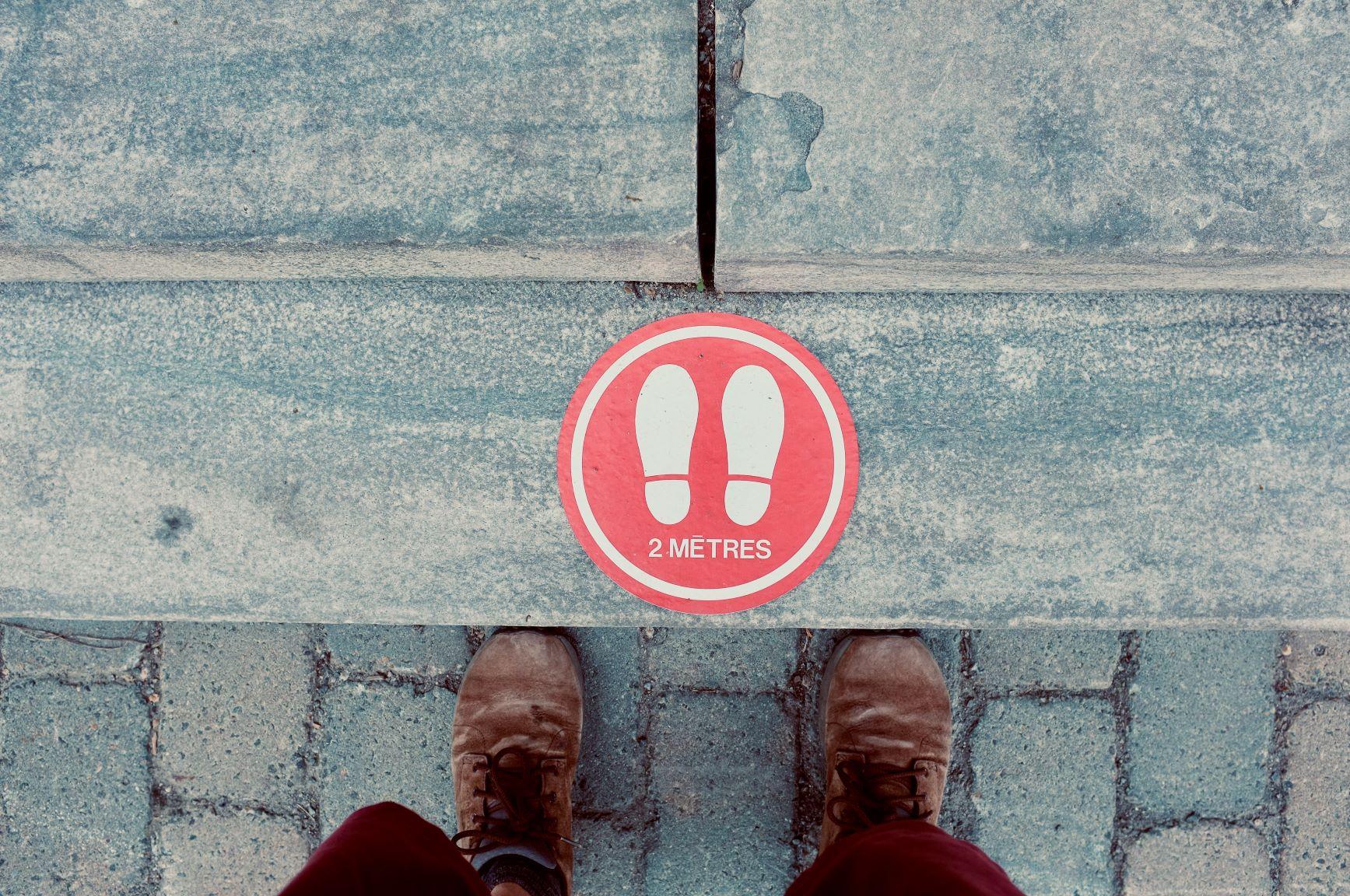 Vignette indiquant une distance de 2 mètres dans une file d'attente